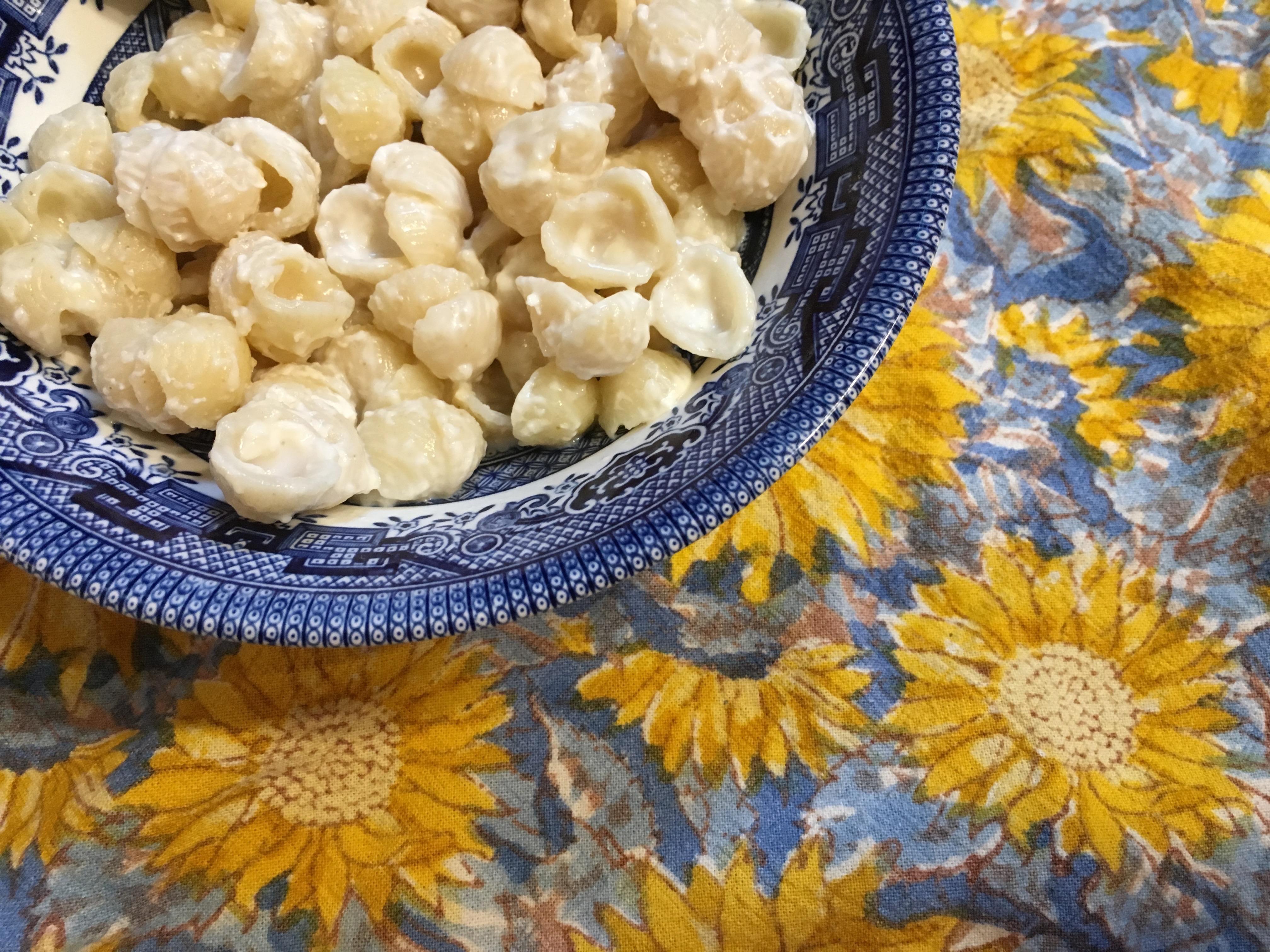 Cheesy shells in a blue bowl
